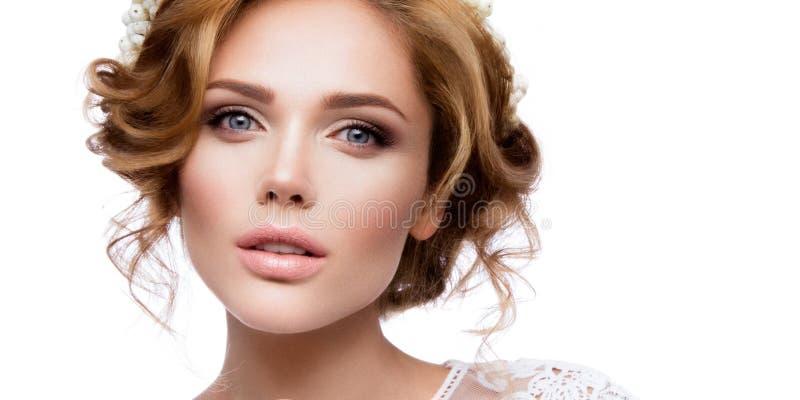 Αποτελέστε Πορτρέτο γοητείας του όμορφου προτύπου γυναικών με το φρέσκο makeup και το ρομαντικό κυματιστό hairstyle στοκ εικόνες