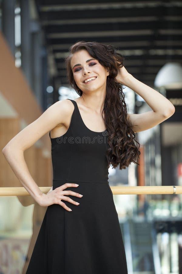 Αποτελέστε την ομορφιά Κλείστε επάνω τη νέα γυναίκα brunette πορτρέτου στο μαύρο φόρεμα στοκ φωτογραφίες