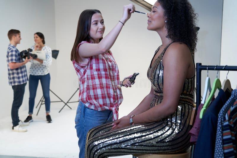 Αποτελέστε τον καλλιτέχνη εργαζόμενο στο βλαστό μόδας στο στούντιο φωτογράφων στοκ εικόνες