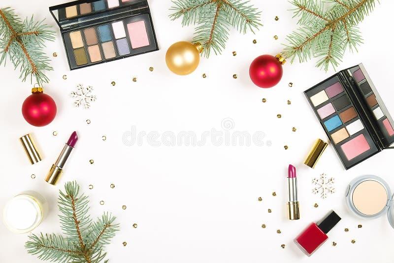 Αποτελέστε το καλλυντικό με τη διακόσμηση Χριστουγέννων στο άσπρο επίπεδο υποβάθρου βρέθηκε στοκ φωτογραφία με δικαίωμα ελεύθερης χρήσης