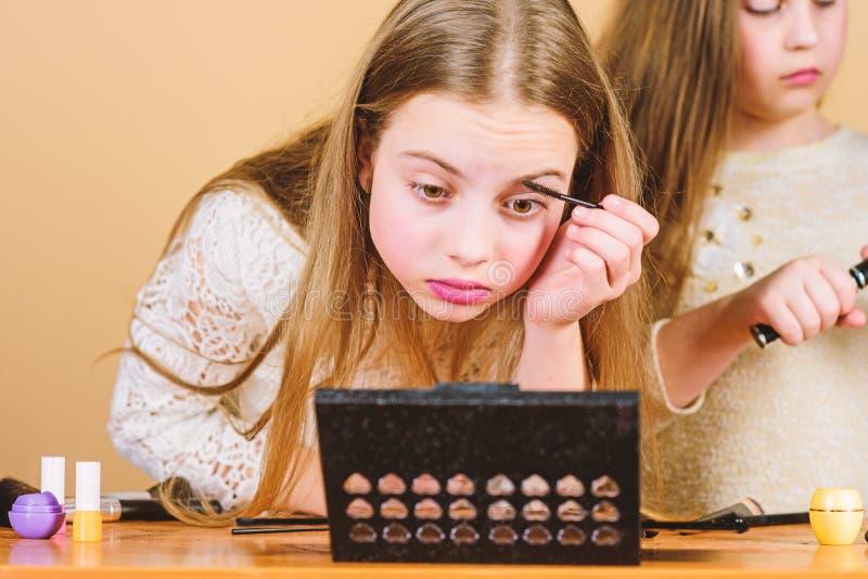 Αποτελέστε το σχολείο Τέχνη Makeup Ερευνήστε moms την έννοια τσαντών καλλυντικών Σαλόνι και επεξεργασία ομορφιάς Τα μικρά κορίτσι στοκ εικόνα με δικαίωμα ελεύθερης χρήσης
