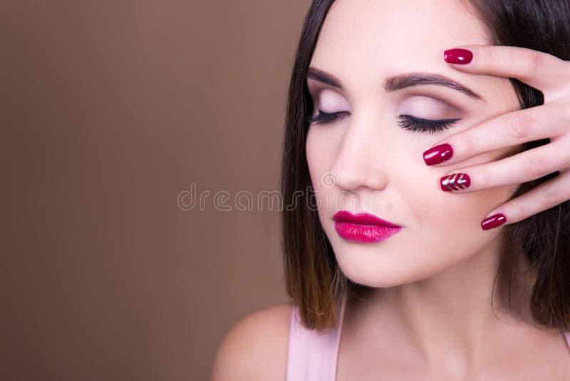 Αποτελέστε και έννοια μανικιούρ - πορτρέτο της όμορφης γυναίκας και του γ στοκ φωτογραφία με δικαίωμα ελεύθερης χρήσης