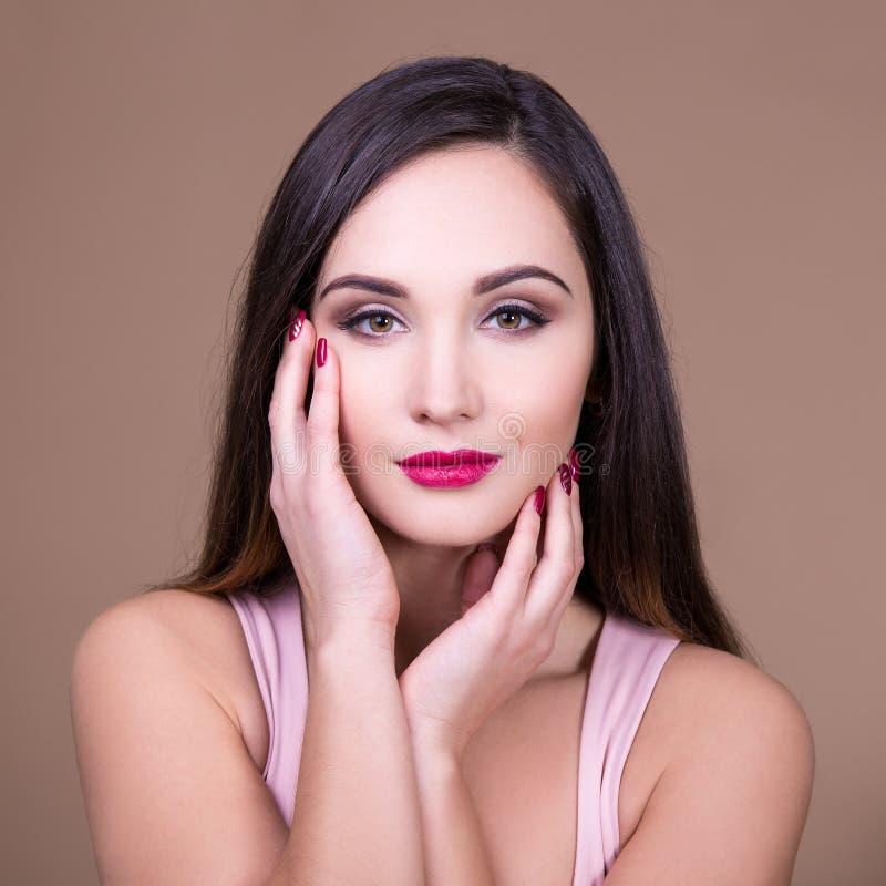 Αποτελέστε και έννοια ομορφιάς - πορτρέτο της νέας όμορφης γυναίκας W στοκ εικόνες