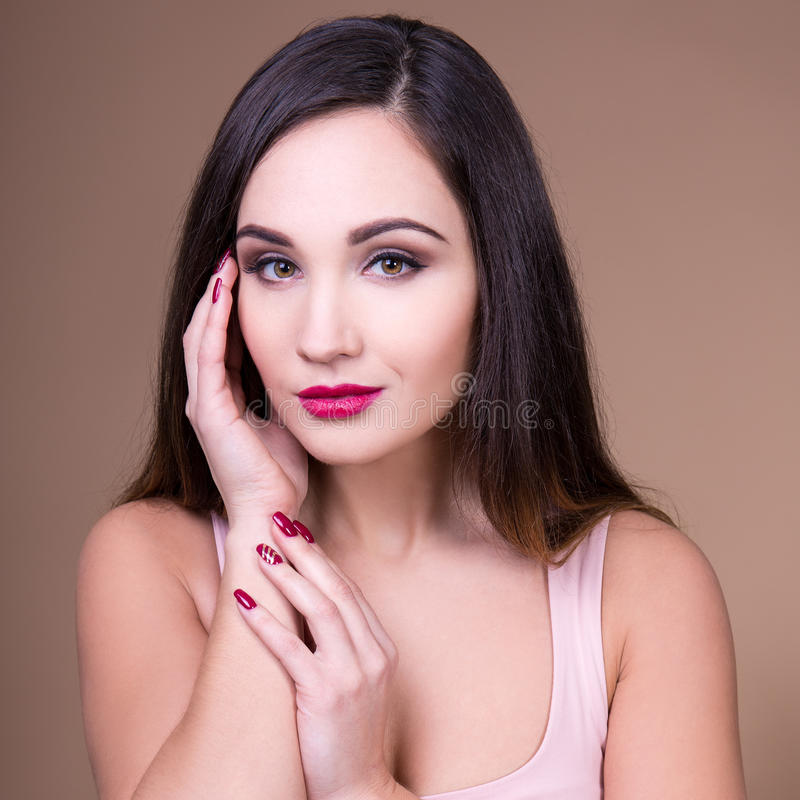 Αποτελέστε και έννοια ομορφιάς - πορτρέτο της όμορφης γυναίκας με το pe στοκ φωτογραφίες με δικαίωμα ελεύθερης χρήσης