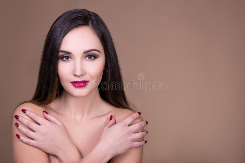 Αποτελέστε και έννοια φροντίδας δέρματος - πορτρέτο του νέου όμορφου woma στοκ εικόνα με δικαίωμα ελεύθερης χρήσης