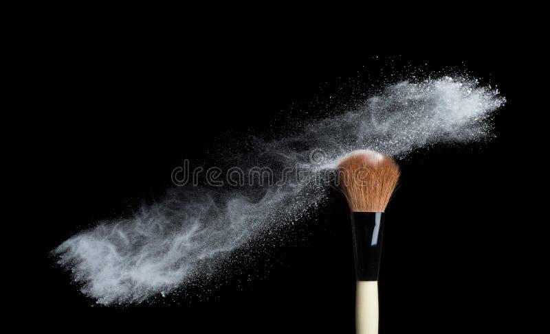 Αποτελέστε τη βούρτσα με την άσπρη σκόνη που απομονώνεται στο λευκό στοκ φωτογραφία