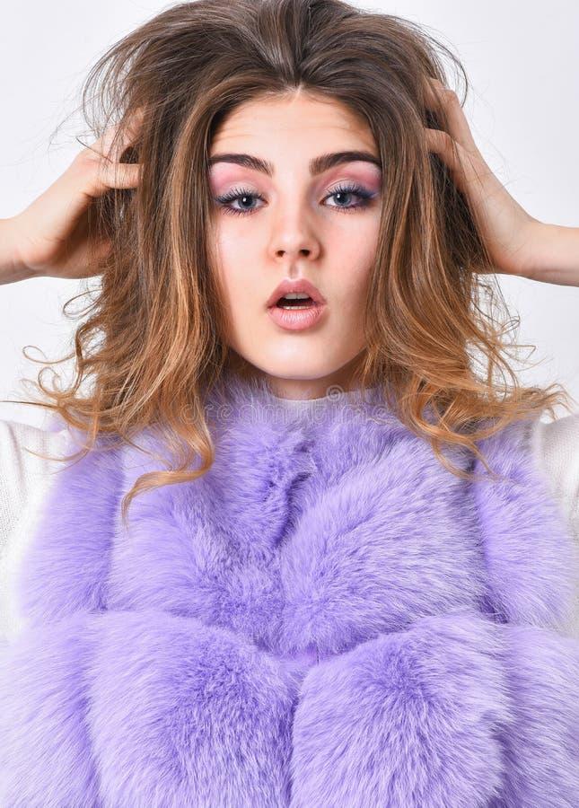 Αποτρέψτε τη ζημία χειμερινής τρίχας Όγκος τρίχας αφής προσώπου γυναικών makeup hairstyle Τοποθέτηση παλτών γουνών κοριτσιών με τ στοκ φωτογραφίες