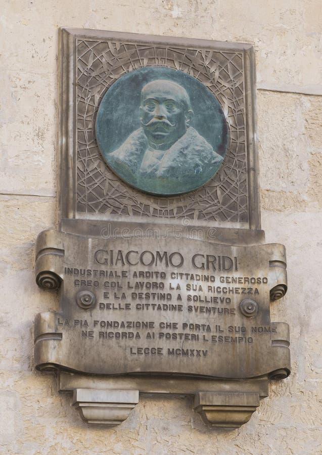 Αποτυπωμένη σε ανάγλυφο πινακίδα μετάλλων που τιμά το Giacomo Gridi σε Lecce, Ιταλία στοκ φωτογραφία