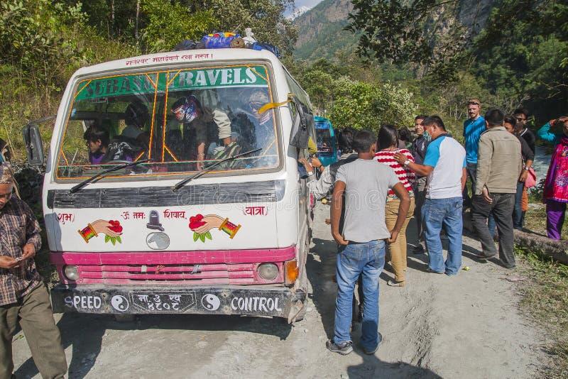 Αποτυχία του λεωφορείου σε έναν ανώμαλο δρόμο Nepalese στοκ εικόνες