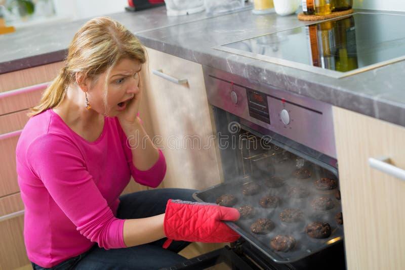 Αποτυχημένο μαγείρεμα στην κουζίνα στοκ φωτογραφία