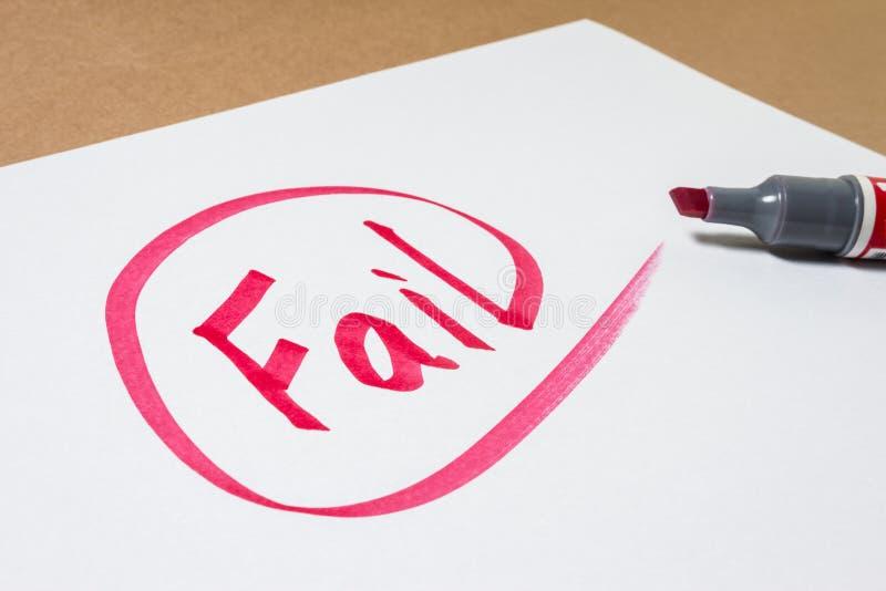 Αποτύχετε το χέρι γράφοντας σε χαρτί στοκ εικόνα