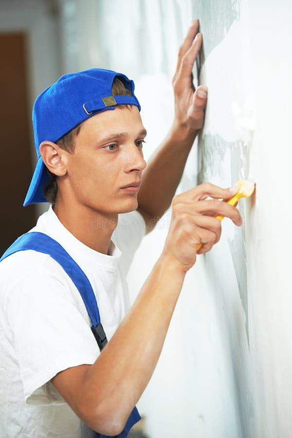Αποφλοίωση εργαζομένων ζωγράφων από την ταπετσαρία στοκ φωτογραφία με δικαίωμα ελεύθερης χρήσης