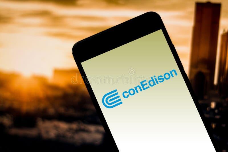 4 Απριλίου 2019, Βραζιλία Παγιωμένο λογότυπο του Edison (Con Edison) στην κινητή συσκευή Το Con Edison είναι μια από τη μεγαλύτερ στοκ φωτογραφία με δικαίωμα ελεύθερης χρήσης