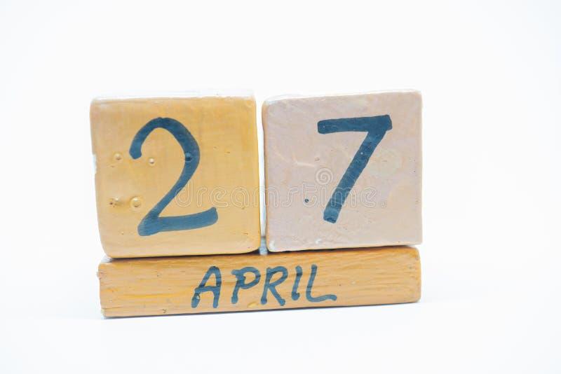 27 Απριλίου Ημέρα 27 του μήνα, χειροποίητο ξύλινο ημερολόγιο που απομονώνεται στο άσπρο υπόβαθρο μήνας άνοιξη, ημέρα της έννοιας  στοκ φωτογραφία με δικαίωμα ελεύθερης χρήσης