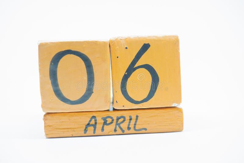 6 Απριλίου Ημέρα 6 του μήνα, χειροποίητο ξύλινο ημερολόγιο που απομονώνεται στο άσπρο υπόβαθρο μήνας άνοιξη, ημέρα της έννοιας έτ στοκ εικόνα