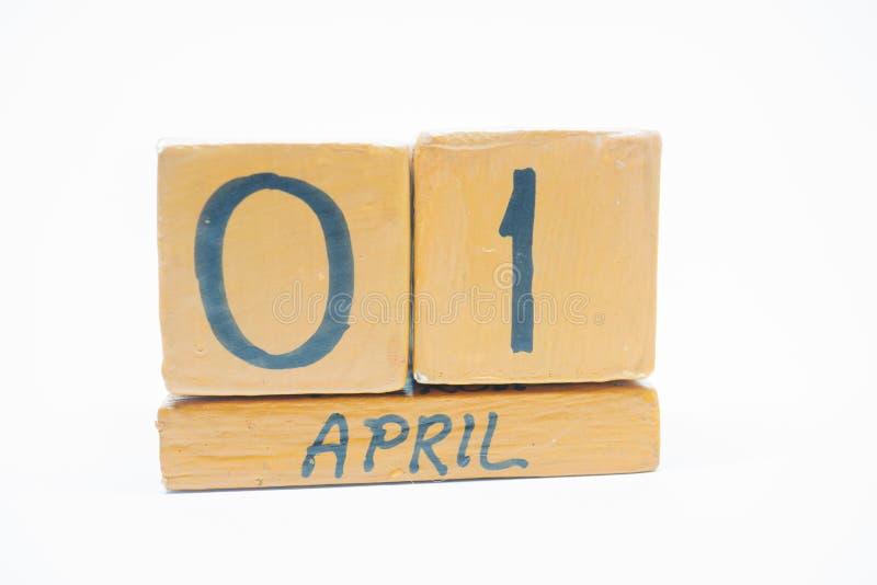 1 Απριλίου ημέρα 1 του μήνα, χειροποίητο ξύλινο ημερολόγιο που απομονώνεται στο άσπρο υπόβαθρο μήνας άνοιξη, ημέρα της έννοιας έτ στοκ εικόνα με δικαίωμα ελεύθερης χρήσης