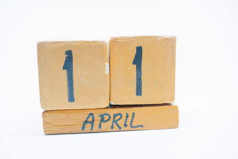 11 Απριλίου Ημέρα 11 του μήνα, χειροποίητο ξύλινο ημερολόγιο που απομονώνεται στο άσπρο υπόβαθρο μήνας άνοιξη, ημέρα της έννοιας  στοκ φωτογραφία