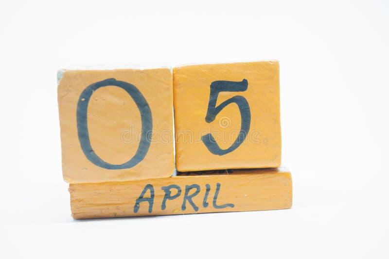 5 Απριλίου Ημέρα 5 του μήνα, χειροποίητο ξύλινο ημερολόγιο που απομονώνεται στο άσπρο υπόβαθρο μήνας άνοιξη, ημέρα της έννοιας έτ στοκ εικόνα