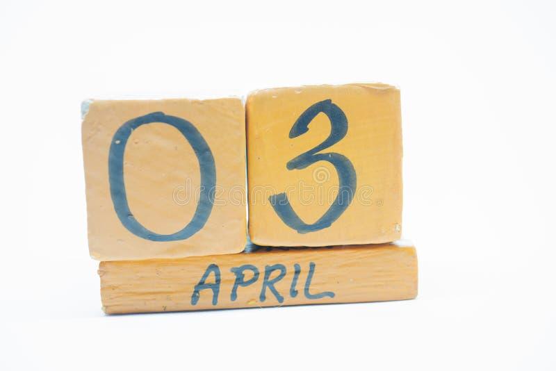 3 Απριλίου Ημέρα 3 του μήνα, χειροποίητο ξύλινο ημερολόγιο που απομονώνεται στο άσπρο υπόβαθρο μήνας άνοιξη, ημέρα της έννοιας έτ στοκ φωτογραφίες