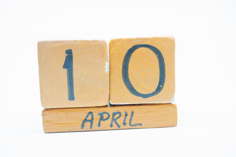10 Απριλίου Ημέρα 10 του μήνα, χειροποίητο ξύλινο ημερολόγιο που απομονώνεται στο άσπρο υπόβαθρο μήνας άνοιξη, ημέρα της έννοιας  στοκ φωτογραφίες με δικαίωμα ελεύθερης χρήσης