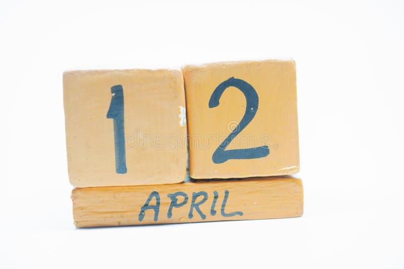 12 Απριλίου Ημέρα 12 του μήνα, χειροποίητο ξύλινο ημερολόγιο που απομονώνεται στο άσπρο υπόβαθρο μήνας άνοιξη, ημέρα της έννοιας  στοκ φωτογραφία με δικαίωμα ελεύθερης χρήσης