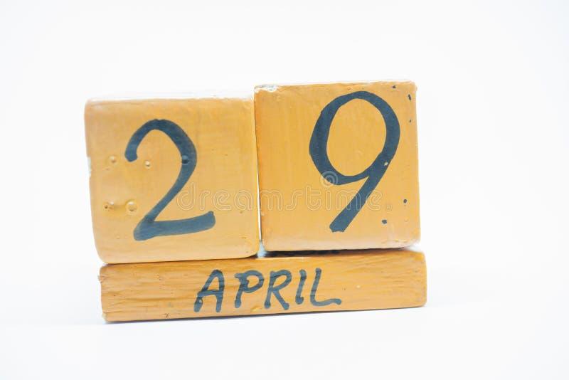 29 Απριλίου Ημέρα 29 του μήνα, χειροποίητο ξύλινο ημερολόγιο που απομονώνεται στο άσπρο υπόβαθρο μήνας άνοιξη, ημέρα της έννοιας  στοκ εικόνες