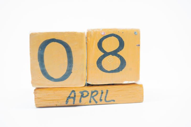 8 Απριλίου Ημέρα 8 του μήνα, χειροποίητο ξύλινο ημερολόγιο που απομονώνεται στο άσπρο υπόβαθρο μήνας άνοιξη, ημέρα της έννοιας έτ στοκ φωτογραφία