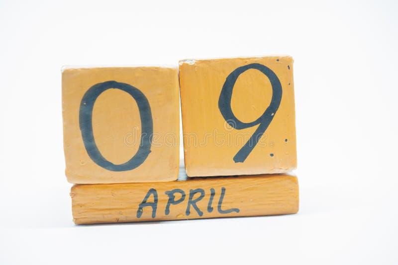 9 Απριλίου Ημέρα 9 του μήνα, χειροποίητο ξύλινο ημερολόγιο που απομονώνεται στο άσπρο υπόβαθρο μήνας άνοιξη, ημέρα της έννοιας έτ στοκ φωτογραφίες
