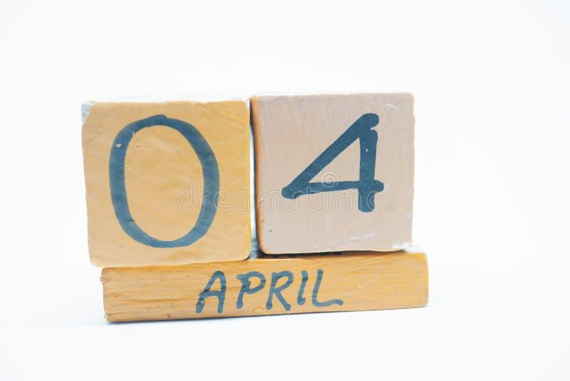4 Απριλίου Ημέρα 4 του μήνα, χειροποίητο ξύλινο ημερολόγιο που απομονώνεται στο άσπρο υπόβαθρο μήνας άνοιξη, ημέρα της έννοιας έτ στοκ φωτογραφία με δικαίωμα ελεύθερης χρήσης
