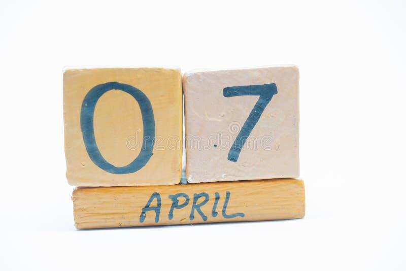 7 Απριλίου Ημέρα 7 του μήνα, χειροποίητο ξύλινο ημερολόγιο που απομονώνεται στο άσπρο υπόβαθρο μήνας άνοιξη, ημέρα της έννοιας έτ στοκ εικόνες