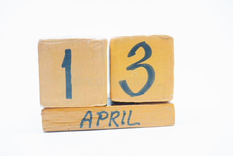 13 Απριλίου Ημέρα 13 του μήνα, χειροποίητο ξύλινο ημερολόγιο που απομονώνεται στο άσπρο υπόβαθρο μήνας άνοιξη, ημέρα της έννοιας  στοκ φωτογραφίες