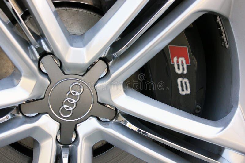 12 Απριλίου 2016  Κίεβο, Ουκρανία  Audi S8 Ρόδες αυτοκινήτων και ρόδες, κινηματογράφηση σε πρώτο πλάνο στοκ εικόνα με δικαίωμα ελεύθερης χρήσης