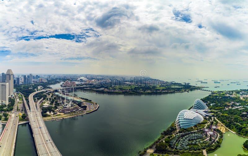 23 ΑΠΡΙΛΊΟΥ 2019: Πανόραμα του θόλου λουλουδιών θερμοκηπίων και του δάσους σύννεφων στους κήπους από τον κόλπο στη Σιγκαπούρη στοκ εικόνα με δικαίωμα ελεύθερης χρήσης
