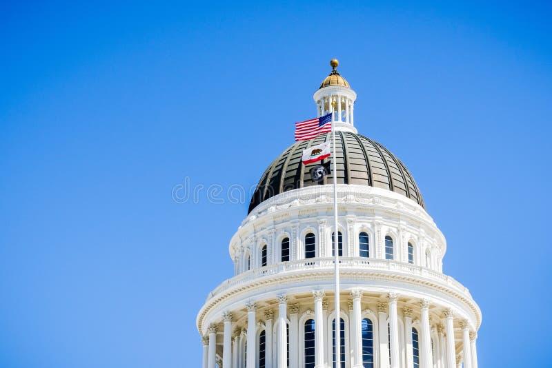 14 Απριλίου 2018 Σακραμέντο/ασβέστιο/ΗΠΑ - οι ΗΠΑ και το κράτος Καλιφόρνιας σημαιοστολίζουν τον κυματισμό στον αέρα μπροστά από τ στοκ εικόνες με δικαίωμα ελεύθερης χρήσης