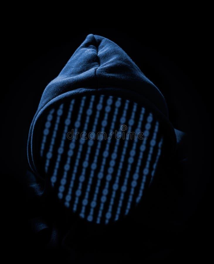 Απρόσωπος με κουκούλα ανώνυμος χάκερ υπολογιστών στοκ φωτογραφίες