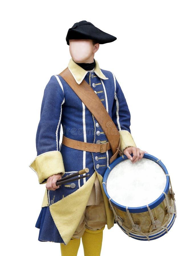 Απρόσωπος τυμπανιστής ατόμων στο στρατιωτικό σουηδικό κοστούμι 17 - 18 αιώνες με το καπέλο tricorne που απομονώνονται στο άσπρο υ στοκ εικόνα με δικαίωμα ελεύθερης χρήσης