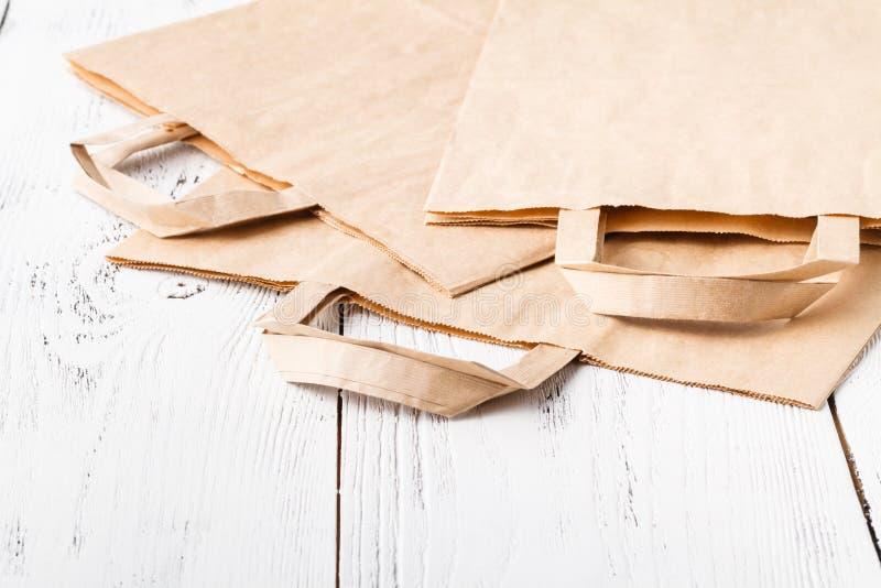 Απόβλητα εγγράφου έτοιμα για την ανακύκλωση Προσοχή κοινωνικής ευθύνης και οικολογίας, χρησιμοποίηση των τσαντών εγγράφου αντί το στοκ φωτογραφίες