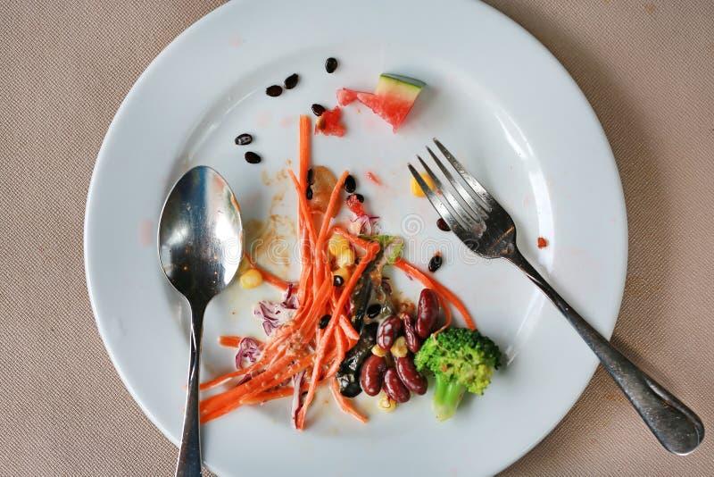 Απόβλητα τροφίμων Το επάνω μέρος της τροφής παραμένει στο πιάτο στοκ φωτογραφία με δικαίωμα ελεύθερης χρήσης