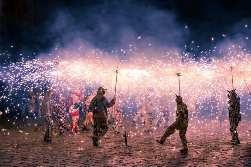 Απόδοση Correfoc από τους διαβόλους ή Diables στην Καταλωνία, Ισπανία στοκ εικόνες