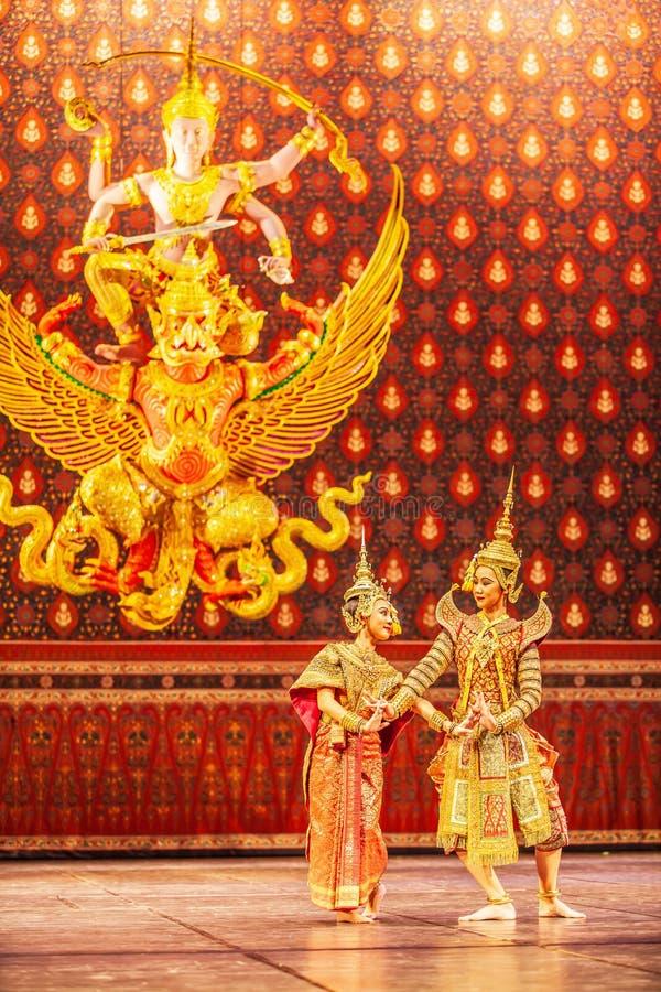 Απόδοση Khon, οι ρωμανικές σκηνές μεταξύ του κριού και Nang Sida Phra στο έπος Ramayana στοκ εικόνες