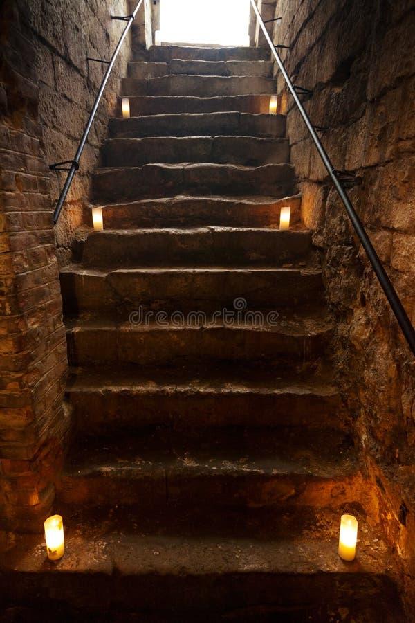 Απόκοσμα σκαλοπάτια πετρών στο παλαιό κάστρο στοκ εικόνες