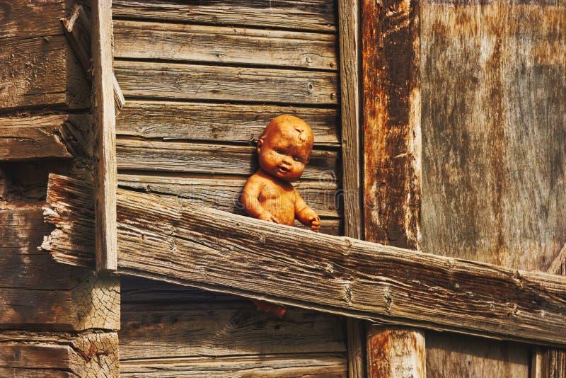 Απόκοσμη κούκλα στο εγκαταλειμμένο συχνασμένο σπίτι στοκ φωτογραφία με δικαίωμα ελεύθερης χρήσης