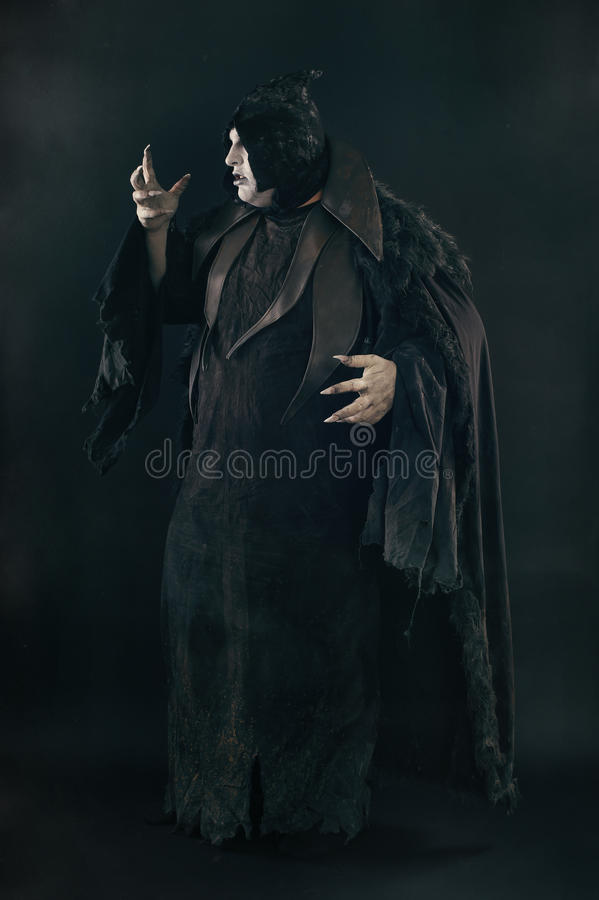 Απόκοσμος διάβολος vamp με τα μεγάλα τρομακτικά καρφιά Κόλαση και φρίκη στοκ φωτογραφίες