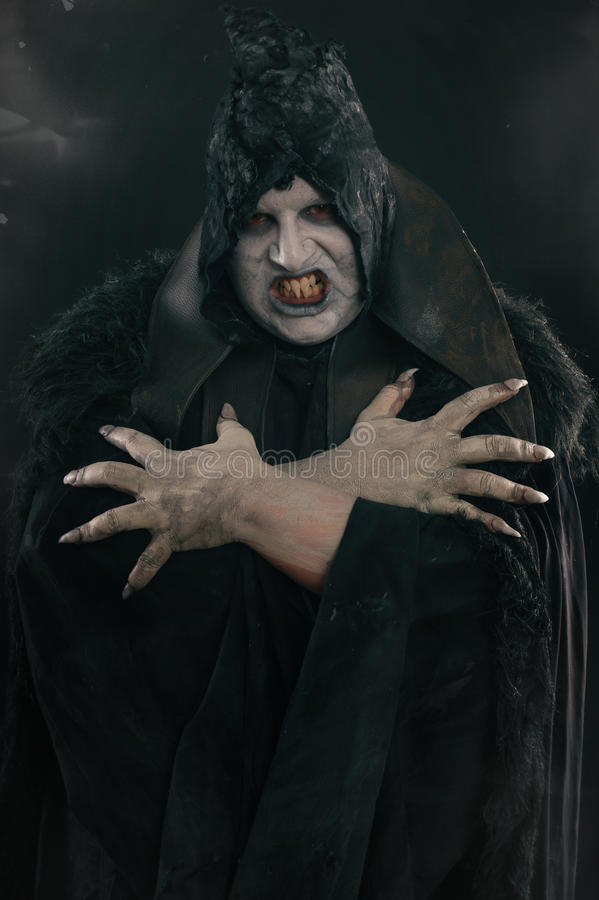Απόκοσμος διάβολος vamp με τα μεγάλα τρομακτικά καρφιά Κόλαση και φρίκη στοκ φωτογραφία