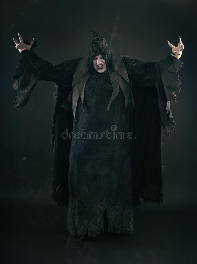 Απόκοσμος διάβολος vamp με τα μεγάλα τρομακτικά καρφιά Κόλαση και φρίκη στοκ εικόνες