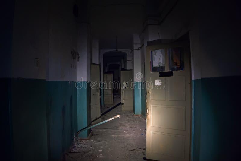 Απόκοσμος φοβερός σκοτεινός διάδρομος στο παλαιό νοσοκομείο, προοπτική στοκ φωτογραφίες