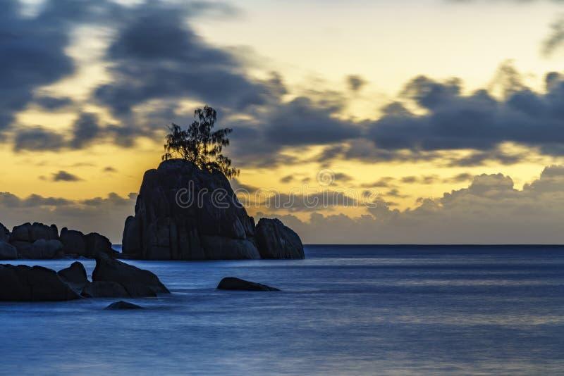 Απόκρυφο ηλιοβασίλεμα πέρα από το βράχο με το ενιαίο δέντρο Σεϋχέλλες 2 στοκ φωτογραφία με δικαίωμα ελεύθερης χρήσης