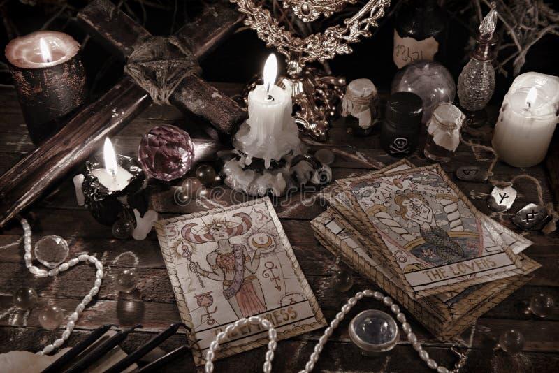 Απόκρυφο τελετουργικό με τις κάρτες tarot, τα μαγικά αντικείμενα και τα κεριά στο ύφος grunge στοκ εικόνα με δικαίωμα ελεύθερης χρήσης