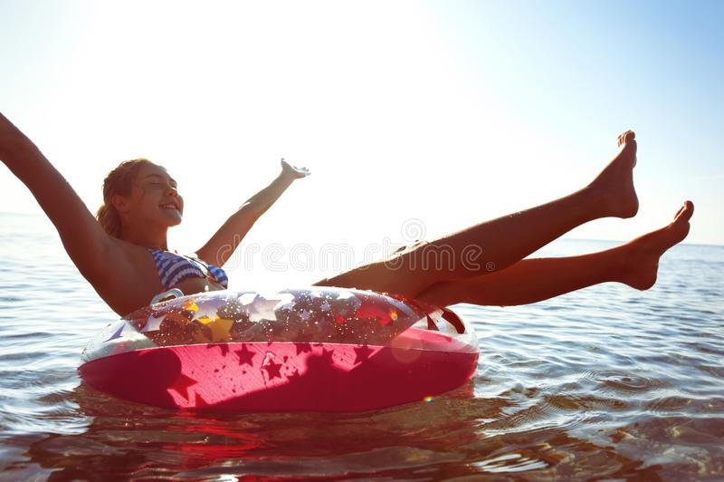 Απόλαυση καλοκαιριού Unforgetable! Κολύμβηση στο iflatable δαχτυλίδι στοκ εικόνα