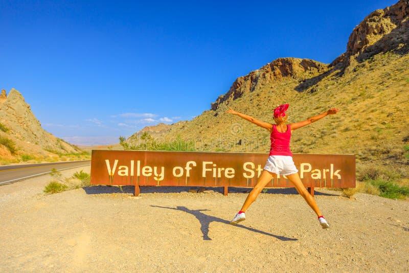 Απόλαυση στην κοιλάδα του σημαδιού πυρκαγιάς στοκ φωτογραφίες